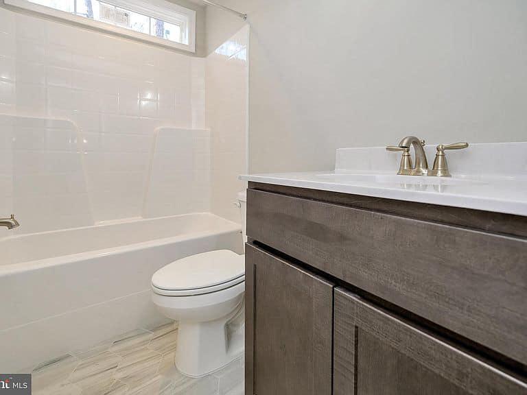 https://www.perryscustomhomes.com/wp-content/uploads/2020/02/bathroom-2.jpg
